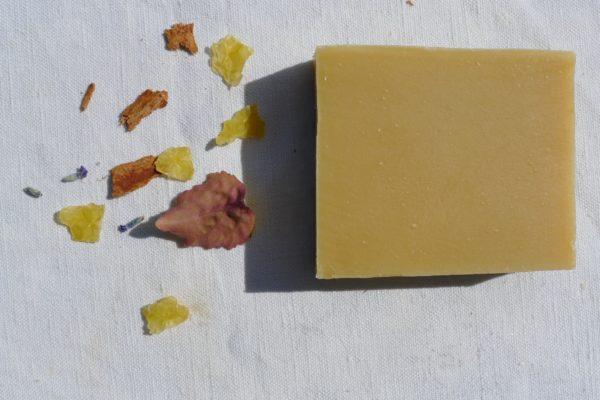 savon au lait de chèvre, fabriqué par la Sittelle, selon la méthode de saponification à froid.